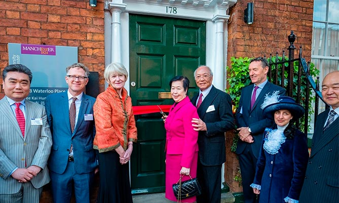 dr-lee-kai-hung-and-wife-cut-ribbon-feature